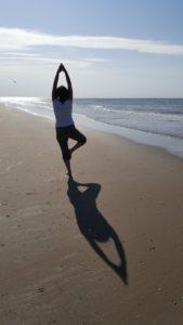 Balans op het strand met yoga4you Amersfoort